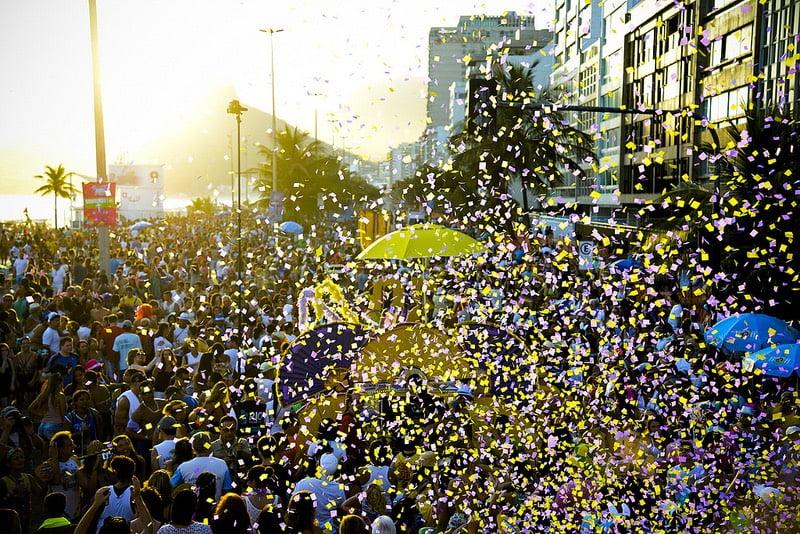 O Carnaval não é só desfile da escola de samba! Venha curtir a folia dos blocos de rua no rio de janeiro!