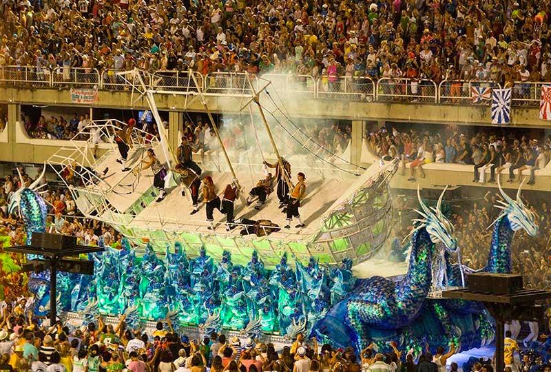 Venha assistir os maravilhosos desfiles das escolas de samba no Carnaval Carioca e faça parte dessa folia!